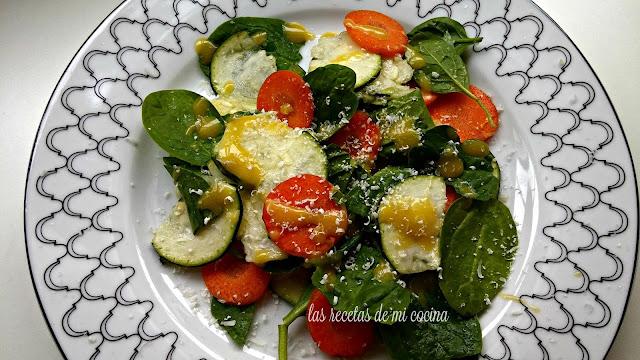 Plato de espinacas, calabacin,zanahoria y vinagreta de huevo.