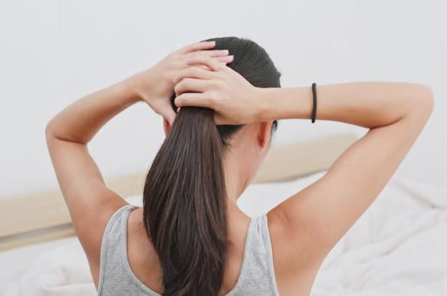 vajzë duke kapur flokët bisht