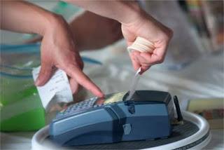 Uma pessoa tirando um ticket de uma máquina de Cartão