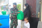 Door to Door, Babinsa Koramil Pahandut Bagikan Paket Sembako Untuk Warga Terimbas Covid-19
