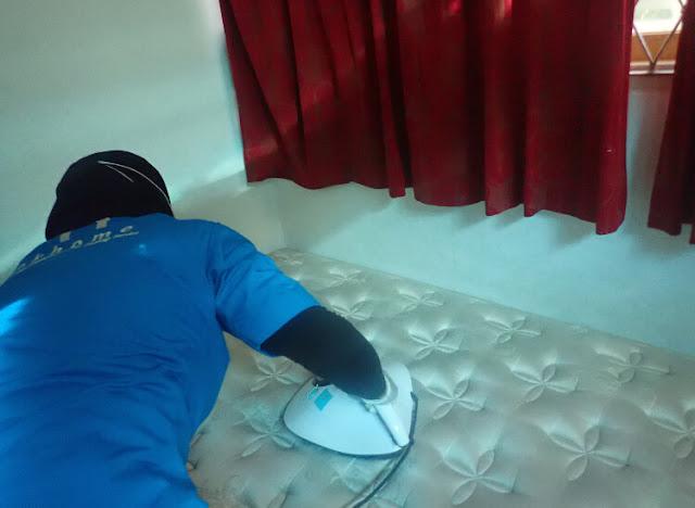 membersihkan kasur dari debu dan tungau