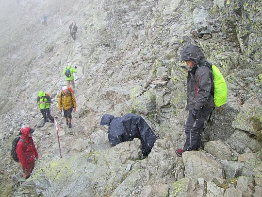 Odcinek szlaku biegnący pod najwyższym z wierzchołków Rysów.