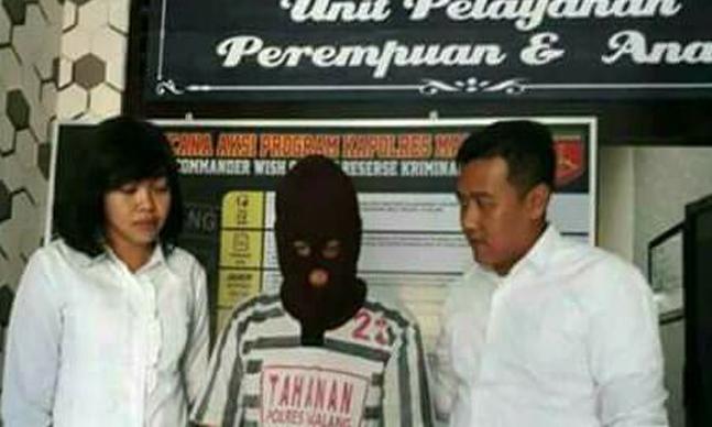 "Indikatormalang.com - Guru seharusnya menjadi tauladan bagi murid-muridnya. Namun pandangan itu tidak berlaku bagi KN (44) seorang pria yang berprofesi sebagai pengasuh di salah satu Pondok Pesantren di Kabupaten Malang, Jawa Timur.  KN dilaporkan ke polisi atas dugaan tindakan pencabulan. KN diduga melakukan perbuatan cabul  kepada salah satu santriwatinya yang masih di bawah umur.  Menurut AKP Azi Pratas Guspitu, Kapala Satuan Resort Kriminal (Kasatreskrim) Polres Malang, mengatakan bahwa  KN (44) merupakan pengasuh sebuah Pondok Pesantren di Desa Sumberkradenan, Kecamatan Pakis, Kabupaten Malang.  Sedangkan korbannya merupakan salah satu santriwatinya yang masih berusia 15 tahun.  ""Tersangka langsung kita amankan di rumahnya pada akhir pekan kemarin setelah sebelumnya ada laporan dari pihak keluarganya"" ungkap Azi Pratas Guspitu via Harian Sindo, Selasa (1/8/17.  Menurutnya, dari hasil pemeriksaan pelaku tidak membantah atas perbuatannya. Pelaku melakukan perbuatannya sebanyak dua kali pada tahun 2016 lalu. Akibat perbuatan pelaku,korban saat ini dalam kondisi mengandung.  ""Tersangka mengaku hanya melakukan perbuatannya itu terhadap satu santrinya tersebut, tidak ada korban lain"" tambah azi.  Polisi hingga kini masih terus mendalami kasu tersebut tentang kemungkinan adanya dugaan korban lain.   ""Kita akan kembangkan, mungkin saja ada korban yang lain,"" imbuhnya."