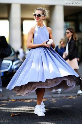 Vestidos azules con tenis