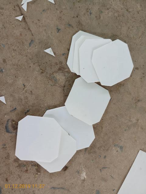 Tấm nhựa được cắt thành các miếng nhỏ 4cm x 4 cm