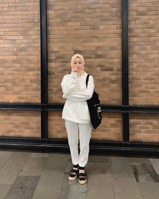 Dinda Hauw pakai jumper putih dan amnis jilbab pink