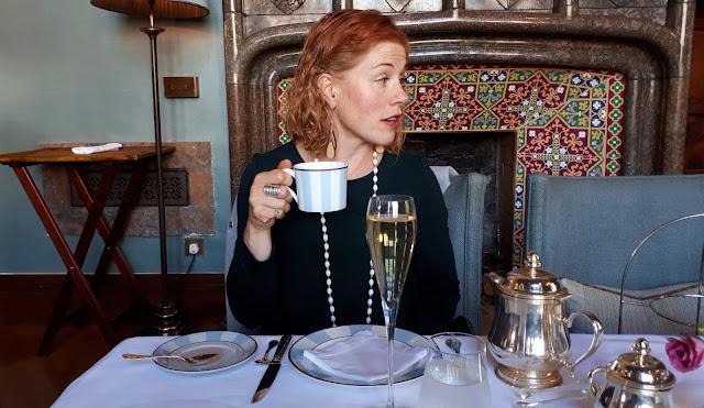 iltapäivätee tarjoilut, luksushotelli, kartano, linna irlannissa, iltapäivätee, Adare, Manor, irlanti, shampanja, hopeinen teekannu, kalevala koru sormus