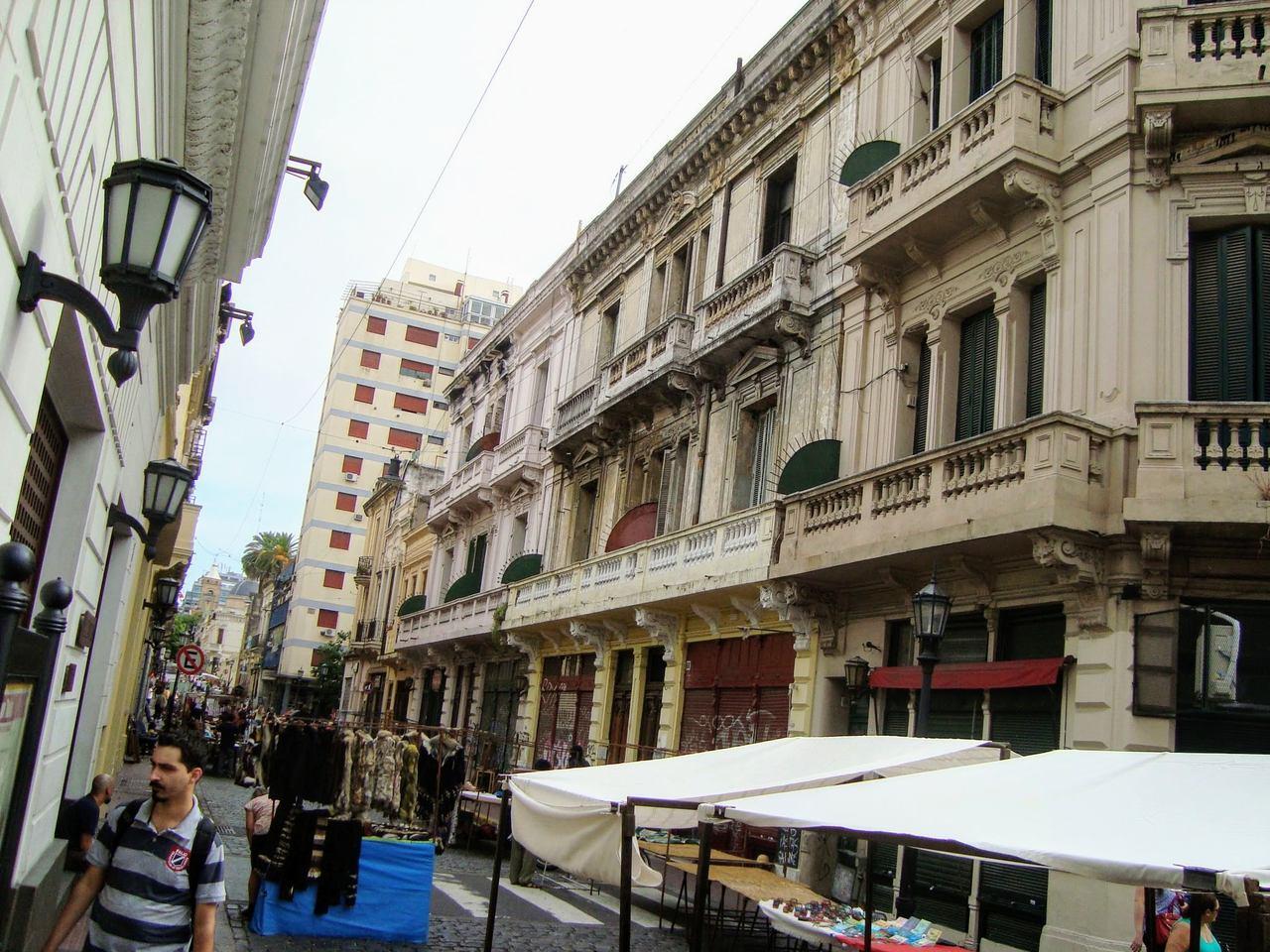 Rua do Bairro San Telmo e suas barracas, Buenos Aires
