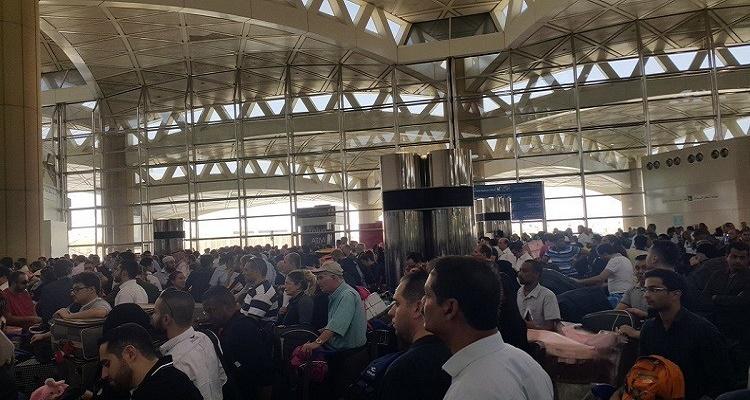 فوضى عارمة ومظاهرات في مطار الملك خالد لأول مرة في تاريخ السعودية