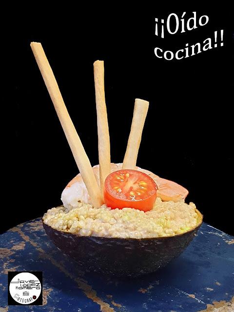 Aguacate relleno de quinoa, atún, langostinos y tomates cherry