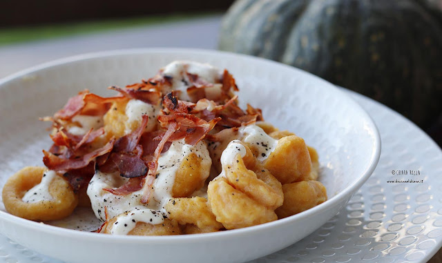 Gnocchi di zucca con crema al parmigiano e speck croccante