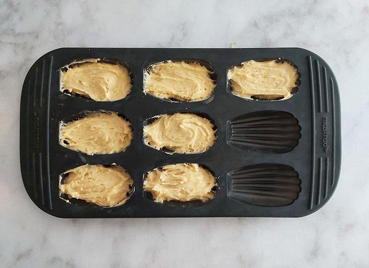 Moule à madeleines garni de pâte