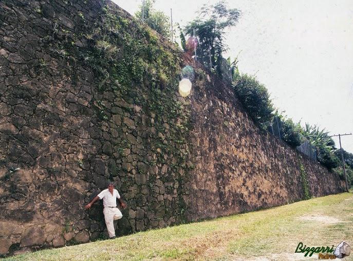 Para fazer a construção da residência com as quadras de tênis e o campo de futebol executamos a construção do muro de arrimo com pedras com até 11 m de altura e 200 m de comprimento.