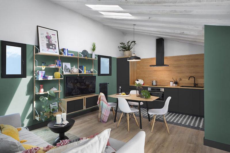 Salón con cocina rectangular.