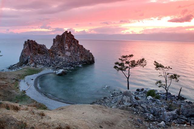 Hồ Baikal (nằm ở phía Nam Siberia, thuộc lãnh thổ Nga) là hồ nước ngọt lâu đời và sâu nhất thế giới. Vào mùa Đông, mặt hồ bị đóng băng tạo nên một khung cảnh ngoạn mục và cực kì ấn tượng. Mùa Hè tại Nga hay còn gọi là đêm trắng phương Bắc là khoảng thời gian tuyệt vời nhất trong năm. Chúng được trải dài hết các tháng Hè với ban ngày dài hơn còn màn đêm dường như rất ít xuất hiện. Do đó nếu muốn tận hưởng khung cảnh thiên nhiên kì thú này thì chắc chắn đây là thời điểm thích hợp nhất.