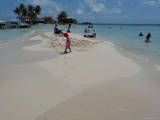 lapsen kanssa hiekkarannalla