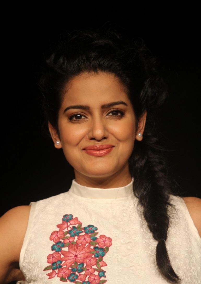 Vishakha Singh Hot Stills In White Top Green Skirt At Lakme Fashion