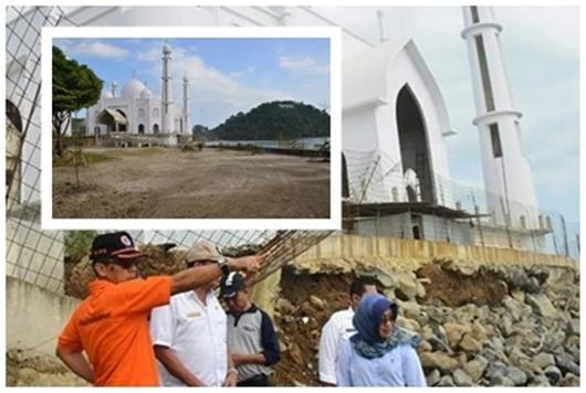 Masjid Megah di Pantai Muaro Terancam Gerusan Ombak