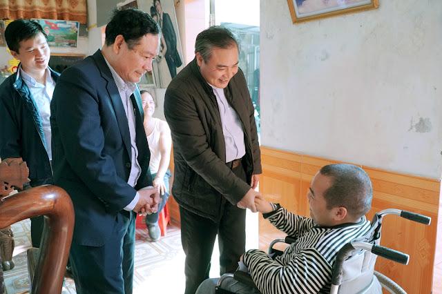 Ban bác ái Gx Kiên Lao  thăm và tặng quà nhân dịp lễ Giáng Sinh