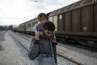 Беженцы прибывают на товарных поездах