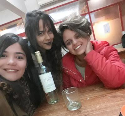 mulheres brancas com o cabelo castanho tomando vinho branco