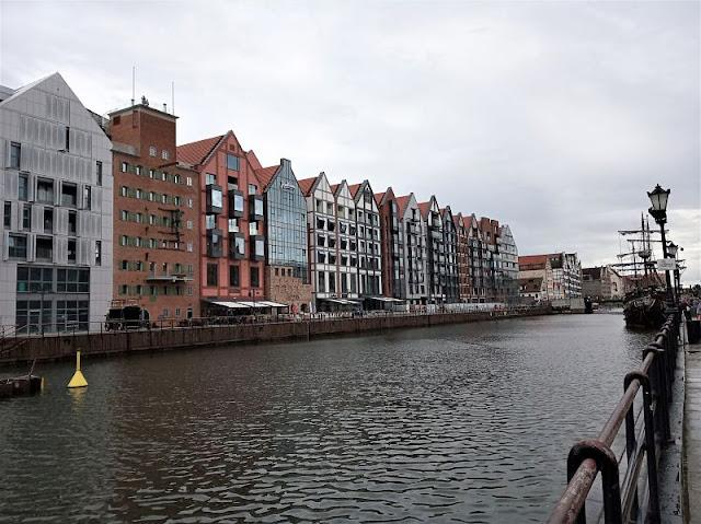 edifici moderni nel centro storico di danzica