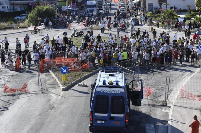 Tensioni a Mondragone: furgone incendiato nella notte