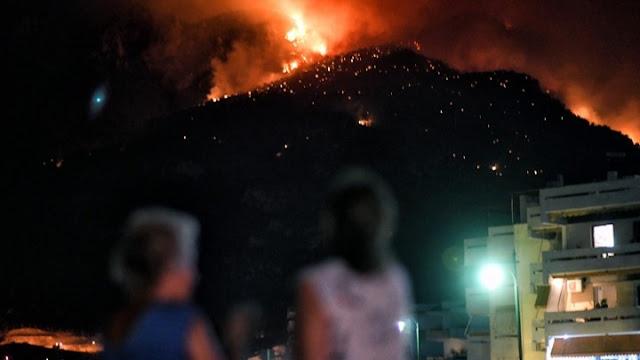 Μάχη με τις αναζωπυρώσεις δίνουν οι πυροσβέστες στο Λουτράκι