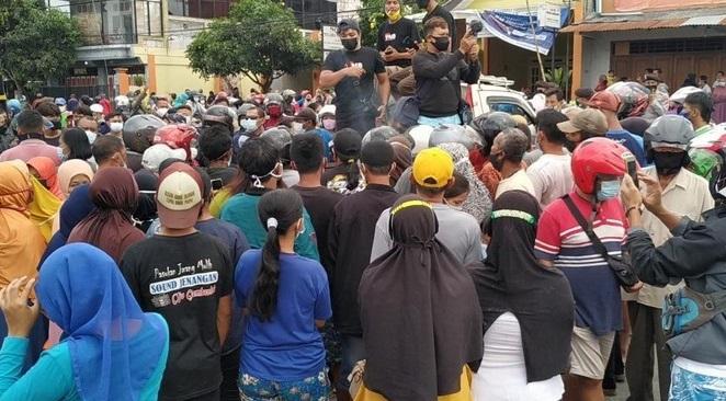 Demo Peternak Blitar Dibubarkan Polisi, Emak-emak Kecewa Kena 'Prank' Bagi-bagi Telur dan Ayam Gratis