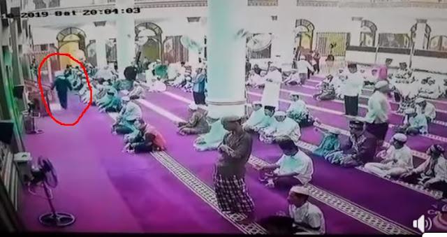 Oria bikin Onar Masuk Masjid, Langsung Banting Microfon