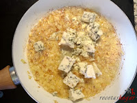 Añadiendo el queso azul a la cebolla