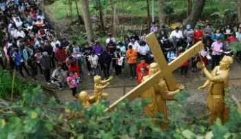 Umat Katolik Gelar Prosesi Doa Jalan Salib Di Penambangan Merapi