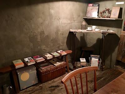 店の隅には本が