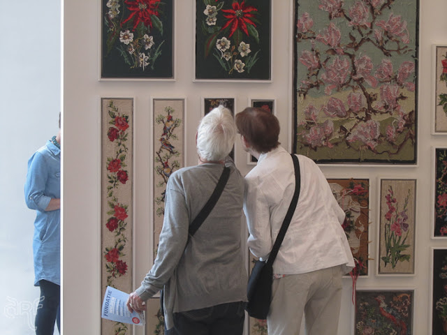 women looking at embroidery, De Fundatie, Zwolle