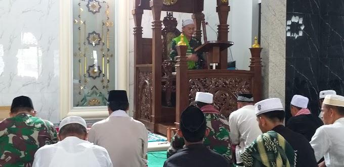 Satgas TMMD Imbangan Kodim Depok Sholat Jum'at Bersama Warga