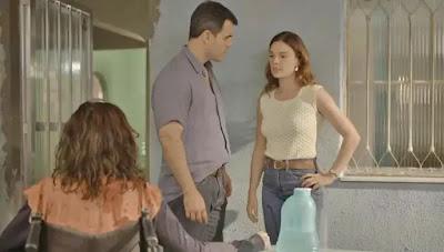 Magno (Juliano Cazarré) repreende Betina (Isis Valverde) na frente de Leila (Arieta Corrêa) — Foto: Globo