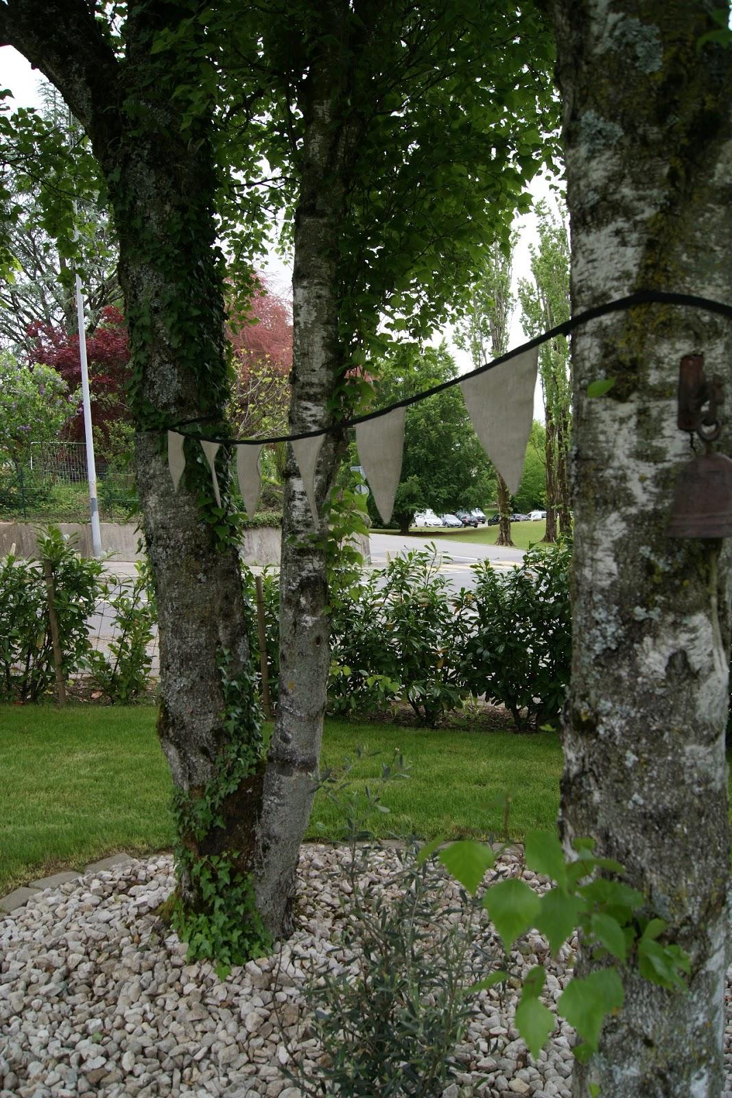 blancdeco une guirlande de fanions dans le jardin. Black Bedroom Furniture Sets. Home Design Ideas