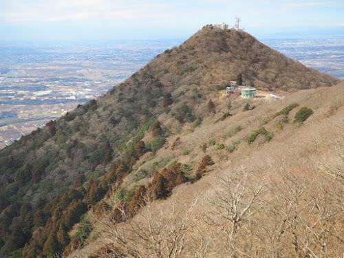 女体山頂から男体山頂を見る