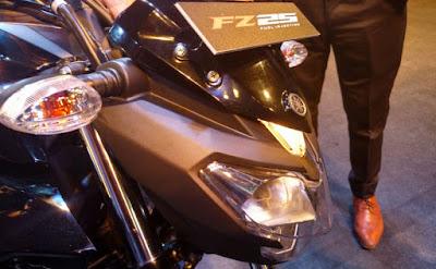 2017 Yamaha FZ25 side look headlight