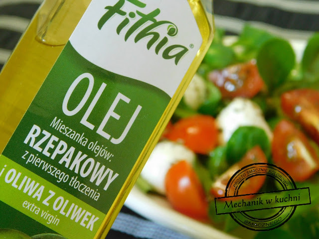 Sałatka Italiana sałatka do dań grillowych na grilla Olej mieszanka olejów Fithia rzepakowego i oliwy z oliwek z pierwszego tłoczenia extra virgin mechanik w kuchni  letnia orzeźwiająca sałatka z pomidorów roszponki rukoli mozzarelli