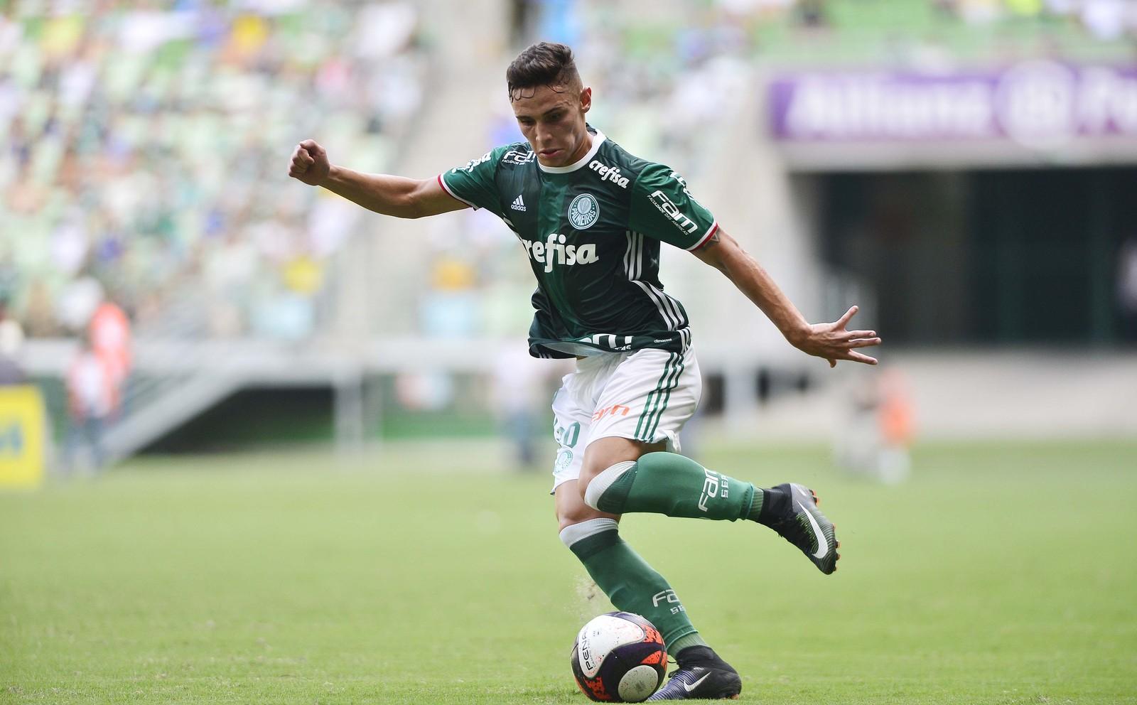 Quando Raphael Veiga andava esquecido no Palmeiras um velho amigo de  redação não cansava de encher a bola dele. Santista que é c75481dfa2ee7