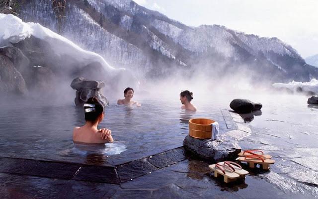 """Đây là lí do vì sao người Nhật không ngại """"khỏa thân"""" ở suối nước nóng nhưng nhất định đặt 1 chiếc khăn lên đầu"""
