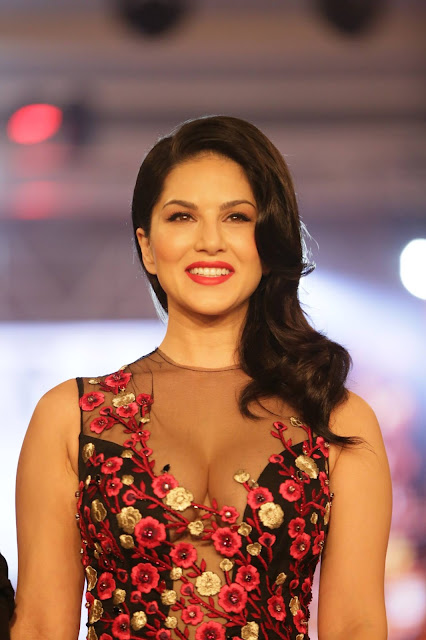 Sunny Leone Looks Super as She Walks Runway During The India Beach