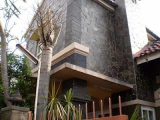 Rumah dengan batu alam