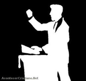 Pastor predicando desde el púlpito