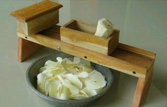 Pengiris keripik singkong manual dari kayu jati di Jogja