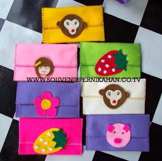 souvenir pernikahan kain flanel berbentuk dompet