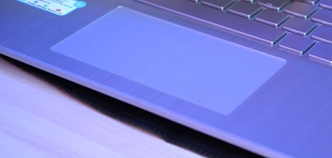 The 4.5-inch wide plastic touchpad of HP 15s-Eq0500AU laptop.