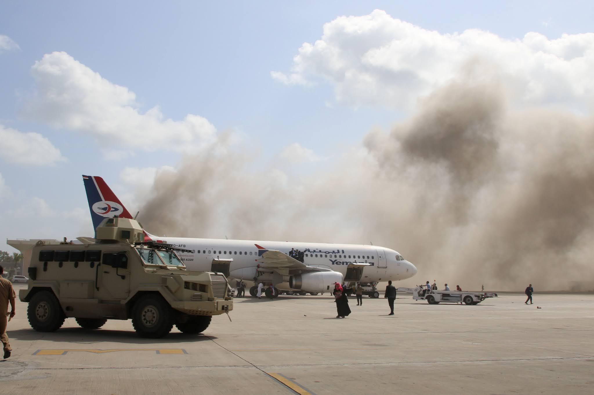 VIDEOS: Al menos 10 muertos en un ataque contra un avión que transportaba al nuevo gobierno de Yemen