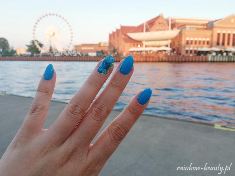 blue-manicure-roses